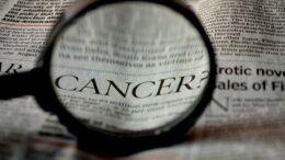 jornal com a palavra cancer